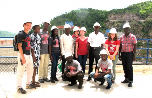 Augustus Chan (r), Coryanne Mansell and Heidi Hausermann with students from Ghana's University of Mines and Technology in front of the Bui Dam.